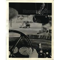 1934 Press Photo Detroit driver Mr. Krants reminded of wife pictured
