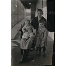 1920 Press Photo Portrait Of Mother Jim McGuire With Two Baby Daughters