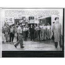 1961 Press Photo Christmas Shoppers, Watch Blacks Protest Atlanta City Hall