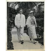 """1933 Press Photo Mr. and Mrs Gardner Bolster in """"Cedar Lodge"""" in Bermuda."""
