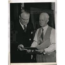 1944 Press Photo Frank Young shows a picture of son, Raymond E. Baldwin.