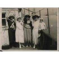 1922 Press Photo Wives and Relatives of the crew of Sampaio Correia wave goodbye