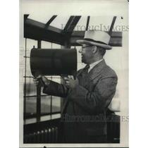 1931 Press Photo John Berry at Cleveland, Ohio airport with new lights for plane