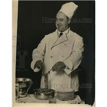 1923 Press Photo Charles Marshall Cooking Spaghetti Opera Singer