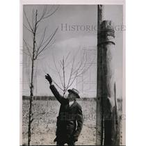 1936 Press Photo Iowa City Farmer Frew Tucker Erects Pole Disrupting Flights