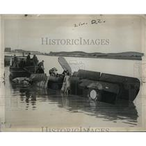 1922 Press Photo Salvaging crashed army plane in Potomac where 2 flyers survive