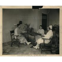 1929 Press Photo Nurse And Patients Listen To Radio In Hospital