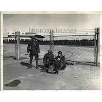 1937 Press Photo Guardsmen with Guns at the entrance of Narrangansett Track.