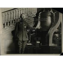 1923 Press Photo French General Gourard & the US Libert Bell in Philadelphia