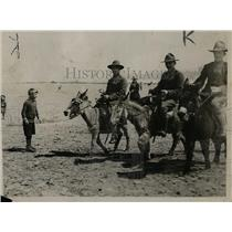 1918 Press Photo Convalescent American Soldiers enjoy riding a Donkey at England
