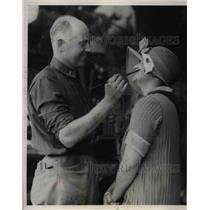 1924 Press Photo Lieut.Erik Nelson, World Flyer,take his brush with Mrs. Adam.