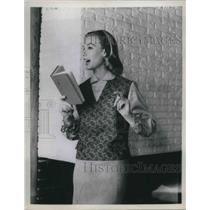 1971 Press Photo Woman Wearing Paisley Pullover