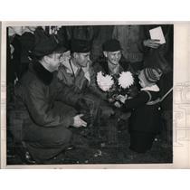 1948 Press Photo At Gatow Airfield, crewmen were showered flowers by Germans