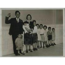 1922 Press Photo Zee and Gin Shee Ting With Their Eight Children, Akron