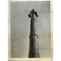 1931 Press Photo Japan Dyeing Company in Tokyo Someone On Chimney Striking