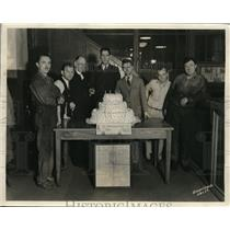 1931 Press Photo Birmingham Post Newspaper Employees Celebrate With Huge Cake