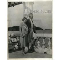 1932 Press Photo Mr. & Mrs. J.O. Wallace Gaze Across The Bay In The Sunlight