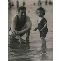 1920 Press Photo Maj Matthew Farrel teaching daughter to swim