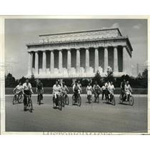 1934 Press Photo Younger set turns to bicycling at Lincoln Memorial