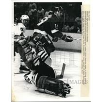 1989 Press Photo Chicago Blackhawk Alain Chevrier vs Red Wings Steve Yzerman