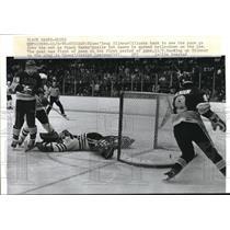 1986 Press Photo Chicago, Blues' Doug Gilmour vs Blackhawks goalie Bob Sauve