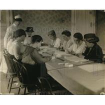 1917 Press Photo Ann Johnson teaching a class at the Red Cross Teaching center