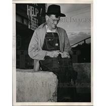 1946 Press Photo Carl Horne Birmingham Lewisburg Coal Miner Whittles On Stick