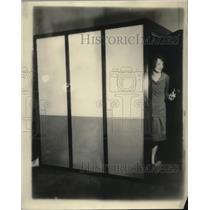1926 Press Photo A woman holding a radio