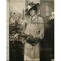 1919 Press Photo Rosalie Bloodgood Smelling Posies At International Flower Show