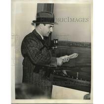 1939 Press Photo Bryan Field, sports writer at Jamaica track for Paumonek race