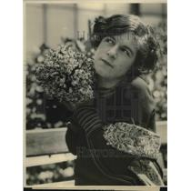 1924 Press Photo Winsome Thelma Simpson With Flowers for Forget Me Not Day