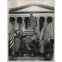1932 Press Photo Andrew Mellon placing a wreath on the statue.