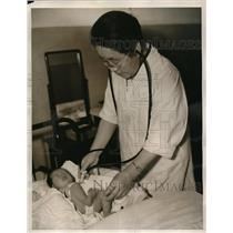 1938 Press Photo Dr. Yoshioka examining a newly born baby in a ward of one of