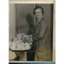 1928 Press Photo Miss Mary Elizabeth Dwyer serves tea to N.Y. Girls Club