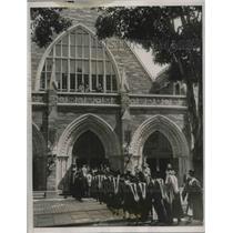 1933 Press Photo Graduates entering the Goodheart hall of Bryn Mawr College.