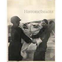 1933 Press Photo 5-week-old Susan and Signy Bush youngest flying twin