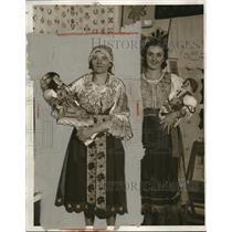 1932 Press Photo Mary Sovish Helen Kochera Pose With Native Dolla