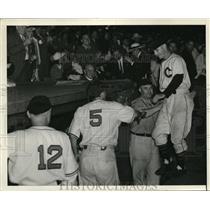 1941 Press Photo Gee Walker hits a hr against Yankees - nes14264