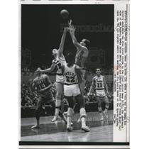 1962 Press Photo Laker Jim Krebs trys to block Bob Petit's shot Hawk's Zelmo