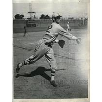 1933 Press Photo New York Giants Pitcher Ray Starr Tossing The Baseball