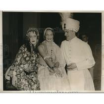 1933 Press Photo Women and Man at Beaux Arts Ball at Waldorf-Astoria Hotel