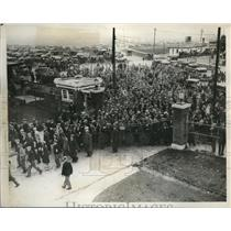 1932 Press Photo Crowds of Cleveland workers at Beec Dayton plant - nec70264
