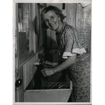 1934 Press Photo Mrs Emma Atherton won $50,000 prize in England