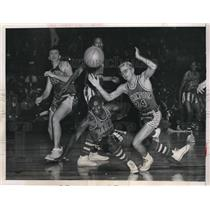 1952 Press Photo Goose Tatum of The Harlem Globetrotters Falling to The Court