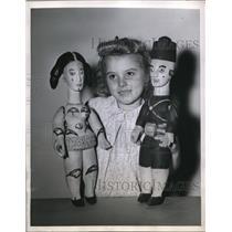 1945 Press Photo Merle Bianci & hand carved Egyptian dolls
