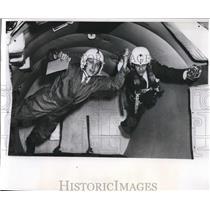 1970 Press Photo Reporter Doug Walker & Bob Doty in o gravity on a plane