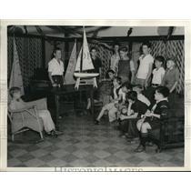 1940 Press Photo Eddie McKenzie meeting at Long Beach model yacht club