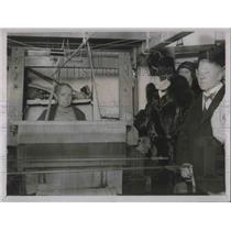 1930 Press Photo Mrs.Baldwin visit the silk weavers in the East End London.