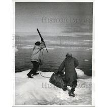 1969 Press Photo Eskimo hunters about to harpoon a walrus in Hudson Bay