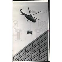 Press Photo Helicopter carry a cargo.